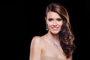 bella donna sorridente con accessori di lusso. trucco perfetto foto