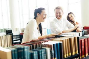 gruppo di studenti che studiano in biblioteca foto