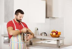 uomo in cucina foto