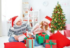 coppia famiglia felice con un regalo di Natale a casa