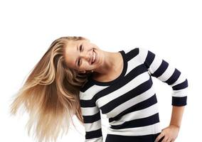 ragazza in un maglione a righe torce i capelli foto