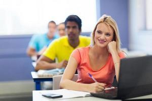 gruppo di studenti universitari che hanno lezione foto