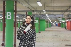 bella giovane bruna in posa in un garage foto
