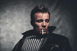 uomo di moda retrò ribelle di fumo di sigaretta retrò anni cinquanta. foto