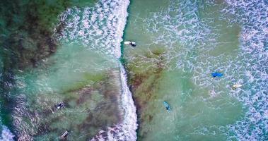 vista aerea di surfisti sull'oceano