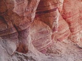 strati di roccia colorati foto