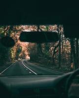 vista di una strada attraverso il parabrezza