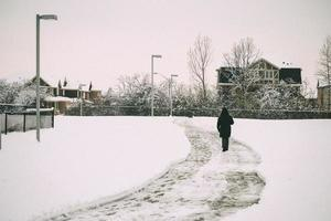persona che cammina nella neve foto