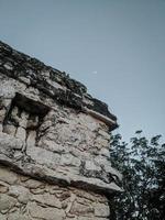 muro di pietra nera e grigia foto