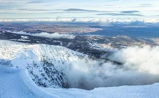 montagna coperta di neve durante il giorno foto