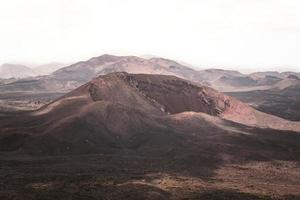 montagne di campagna e cielo bianco foto