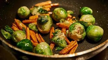 carote e cavoletti di Bruxelles saltati in padella