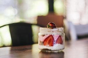 fragole e crema in un barattolo di vetro
