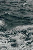 primo piano delle onde dell'oceano foto