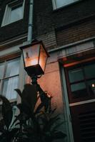 lampada da parete illuminata foto