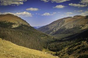 paesaggio di montagna verde foto