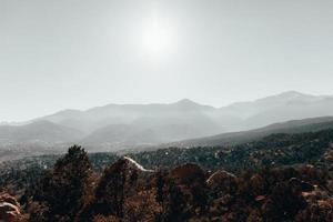 catena montuosa durante il giorno foto