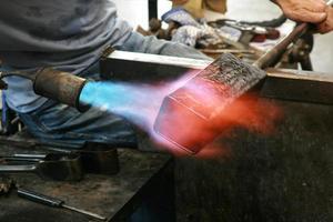fabbricazione di vasi di vetro, st lawrence, isola di wight, inghilterra foto