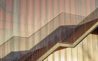 scale in acciaio su un moderno edificio dell'università di groninga foto
