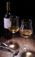 bicchieri e bottiglie di vino foto