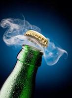 apertura del tappo della birra foto