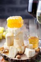 uva, formaggio, fichi e miele con un bicchiere di vino. foto