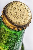 primo piano del tappo della bottiglia di birra verde foto