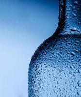 gocce d'acqua sulla bottiglia foto