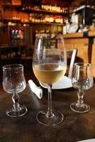 bicchiere di vino bianco fresco foto