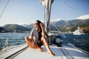 ragazza capelli lunghi su yacht in montenegro