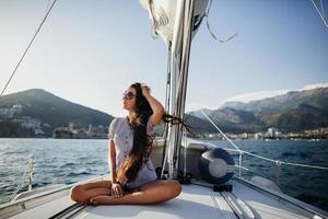 ragazza capelli lunghi su yacht in montenegro foto