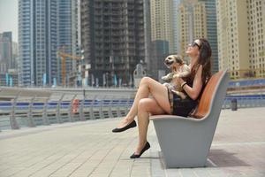 felice giovane donna con cucciolo divertirsi foto