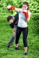 coppia sportiva nel parco foto