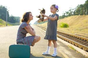 madre e figlia sulla banchina del treno foto
