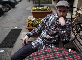 uomo fiducioso in posa in jeans cimosa foto