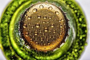 parte superiore del primo piano verde bottiglia di birra foto