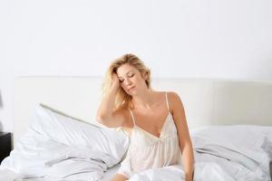 donna sorridente nella sua camera da letto foto