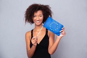 donna afro-americana che tiene la bandiera dell'euro foto