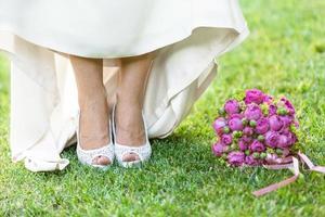 primo piano sposa azienda bouquet di rose foto