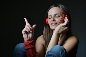 bella giovane donna con le cuffie rosse foto