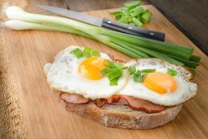 pane fresco con uova e prosciutto foto