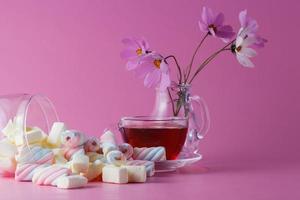 tazza di tè con marshmallow foto