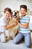 bambini e il loro animale domestico foto
