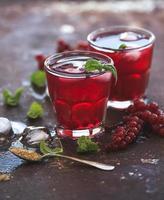 limonata di bacche rosse con ghiaccio e menta su vintage grunge foto