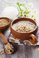 porridge di grano saraceno con latte foto