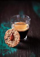 bicchiere di caffè espresso e biscotti foto