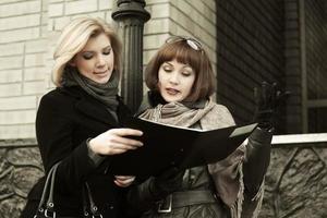 giovani donne d'affari con una cartella foto