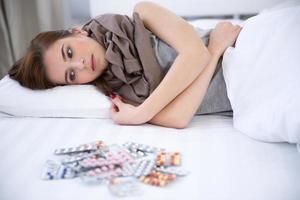 donna sdraiata sul letto di casa foto