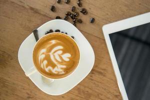 tazza di caffè sul tavolo di caffè con tavoletta