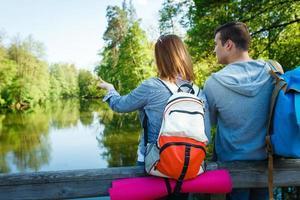 coppia va a fare escursioni, foresta, ricreazione foto